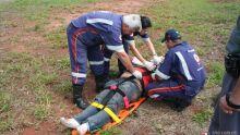 Um motoqueiro de 30 anos ficou ferido agora pouco após sofrer uma queda no acesso 228 da rodovia Washington Luís (310), na entrada da avenida Getúlio Vargas. Segundo ele, um carro em baixa velocidade e que deixou o local, provocou o acidente. A vítima fo