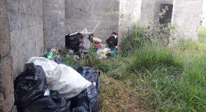 Campo de futebol abandonado serve para depósito de reciclagem no Jardim Hikari