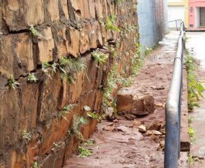 Blocos se soltam na rua Itália e paredão ameaça cair