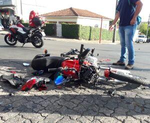 Moto fica destruída após bater em caminhão no Boa Vista