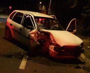 Mulher bate carro em poste na Francisco Pereira Lopes
