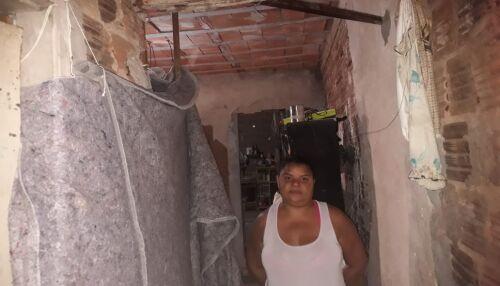 Família mora em casa 'condenada' e pede ajuda para poder reconstruí-la
