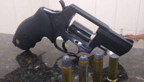 Jovem é detido com arma de fogo, próximo a supermercado