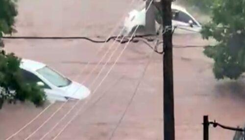 Vídeo mostra força da água no bairro Lagoa Serena durante temporal