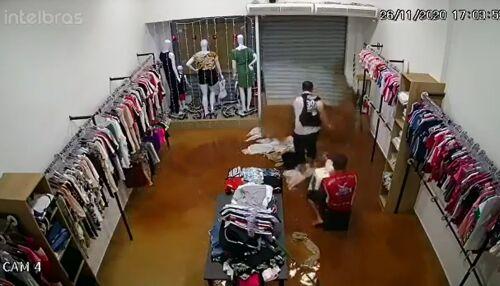 Câmera registra resgate de pai e filho e loja sendo invadida pela água no Centro