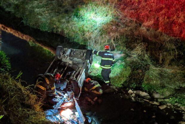 Após colisão, carro cai dentro do córrego Monjolinho