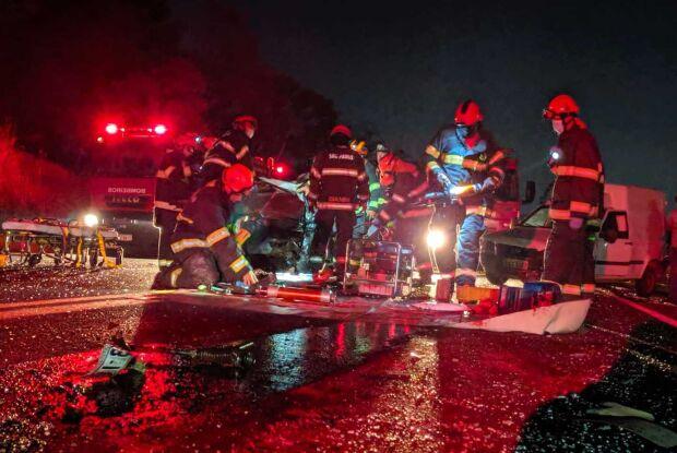 Colisão envolvendo quatro veículos deixa uma pessoa morta na SP-215 em São Carlos