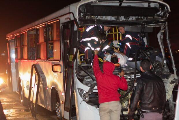Ônibus bate atrás de caminhão na Washington Luis