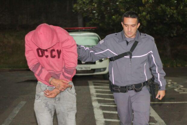 Homem é detido no CDHU após furtar carro no Centro