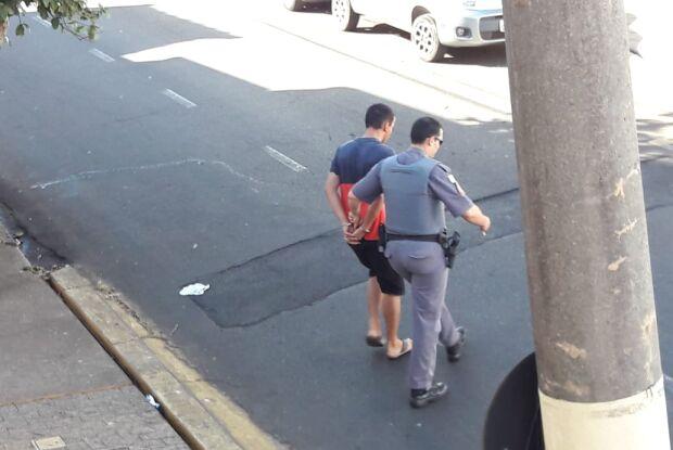 Após tentativa de roubo, assaltante apanha da vítima e na fuga, é arrastado por ônibus