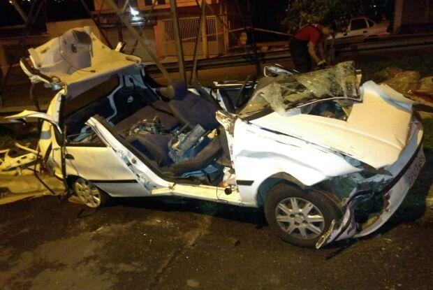 Palio fica destruído ao colidir em caminhão estacionado em São Carlos