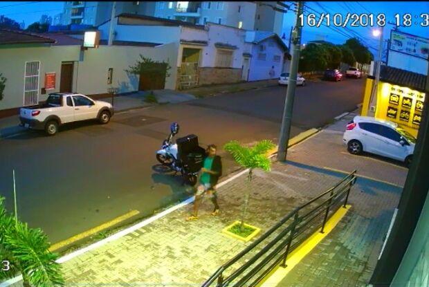 Câmera flagra ladrão furtando moto na Marechal Deodoro