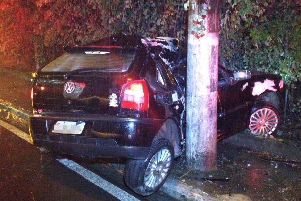 Motorista fica inconsciente e preso às ferragens após colidir em poste na Serra do Aracy