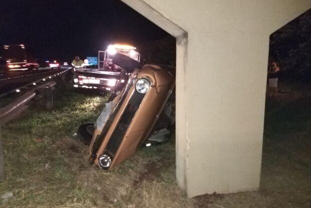 """Carro """"voa"""" por cima do guardrail após colisão envolvendo vários veículos"""