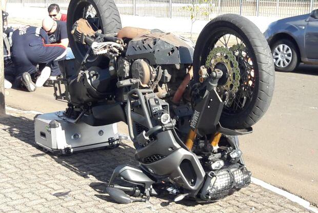 Moto fica de ponta-cabeça após acidente no Santa Felícia