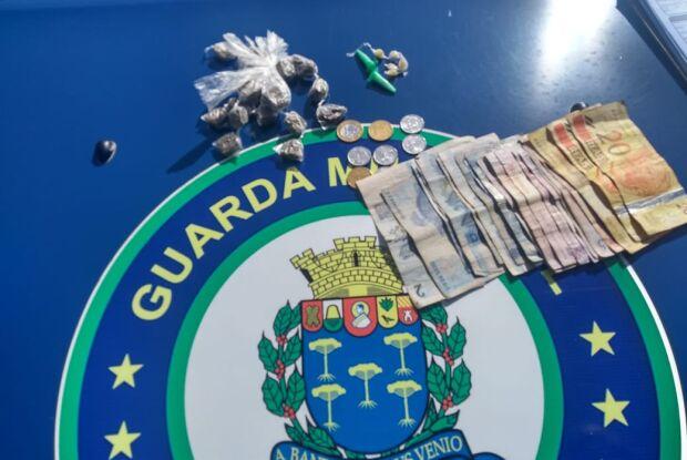 Garoto de 13 anos é flagrado com drogas na porta de CEMEI no Aracy