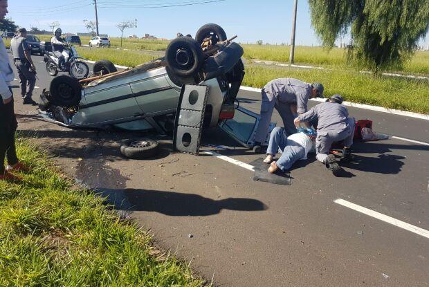 Motorista sofre mal súbito, carro colide em árvore e capota