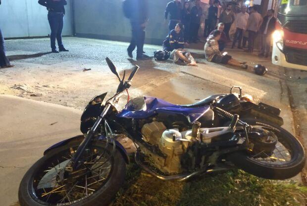 Colisão entre moto e ônibus durante ultrapassagem deixa dois jovens feridos