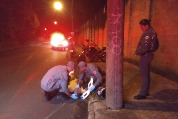 Motociclista fica ferido após bater em poste na Lourenço Inocentinni