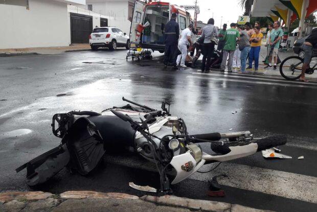 Motorista não respeita o 'pare' e carro atinge moto no centro