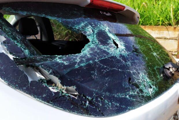 Em colisão, motociclista arrebenta vidro traseiro de carro