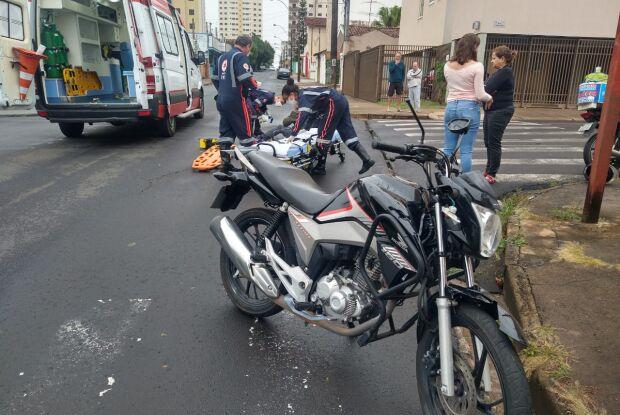 Motociclista fica bastante ferido após atingir caminhonete que avançou o pare