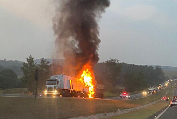 Caminhões pegam fogo após colisão na Washington Luis