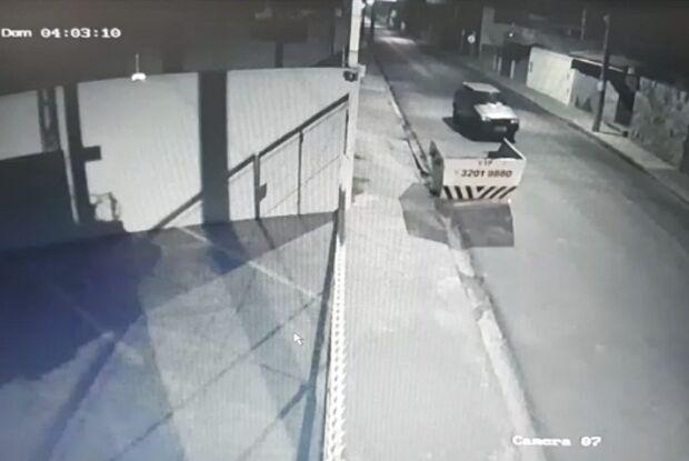 Câmeras de segurança flagram furto de Uno na Vila Marcelino