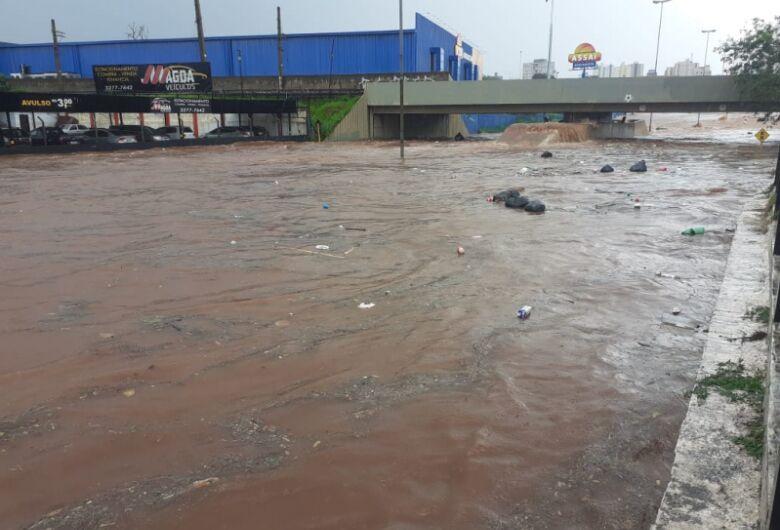 Temporal causa estragos e alagamentos em Bauru