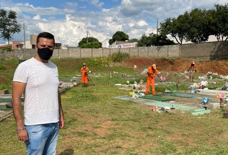 Vereador Rodson acompanha primeira etapa da limpeza do Cemitério Nossa Senhora do Carmo