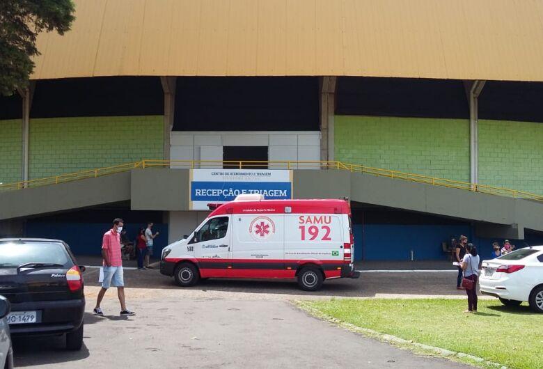 Mulher com Covid-19 morre aguardando vaga em hospital público