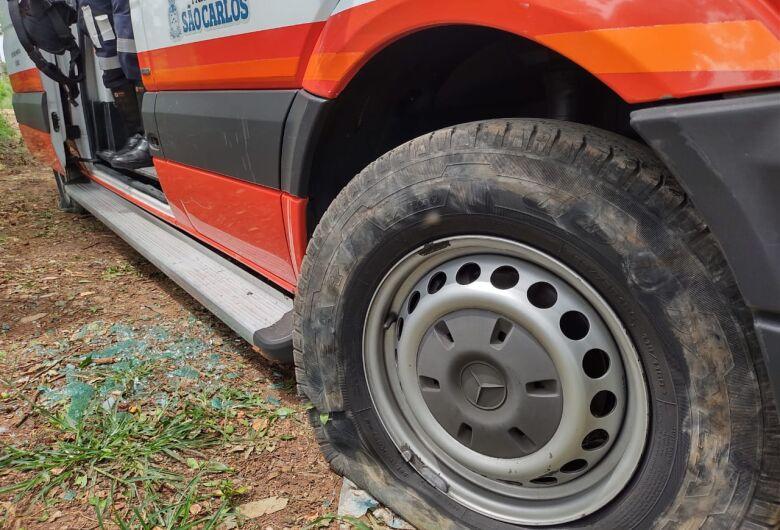 Homem transtornado danifica ambulância do Samu e viatura da PM