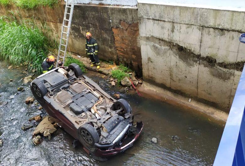 Carro cai dentro do córrego do Gregório após colisão no Centro