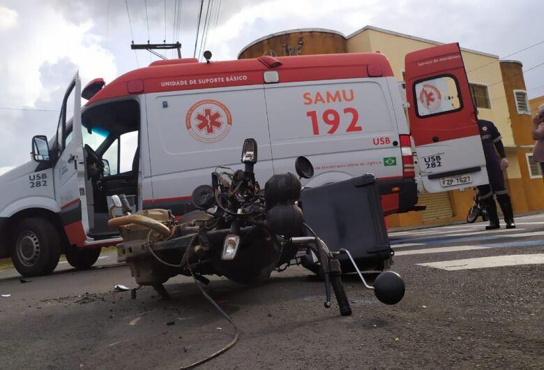 Motoboy fica ferido após bater na lateral de caminhão na Vila Elizabeth