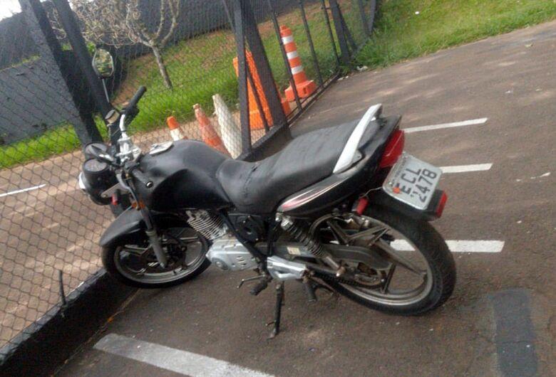 PM flagra motocicleta com placa adulterada e chassi raspado