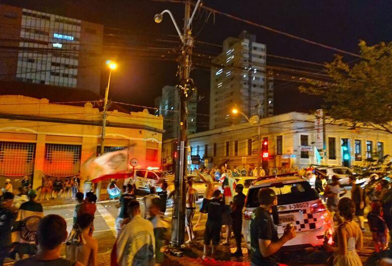 Torcedores do Palmeiras se aglomeram para comemorar o título da Taça Libertadores