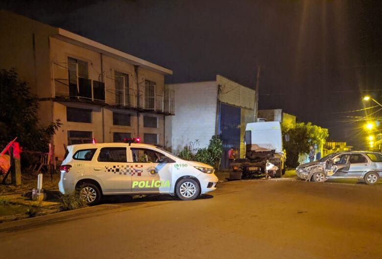 Motorista bate em caminhão estacionado no Jardim Tangará