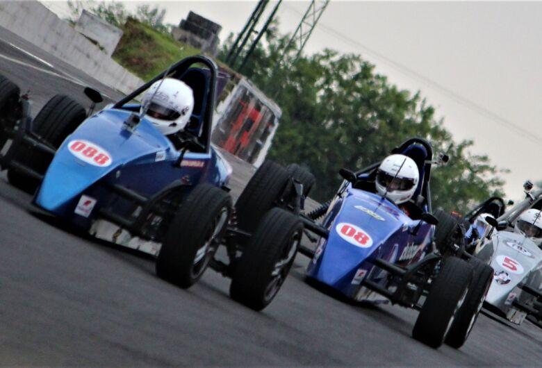 Piloto de São Carlos busca título ao lado de campeões como Emerson e Piquet