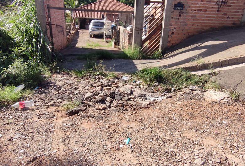 Moradores do Novo Horizonte sofrem com rua esburacada e terrenos abandonados