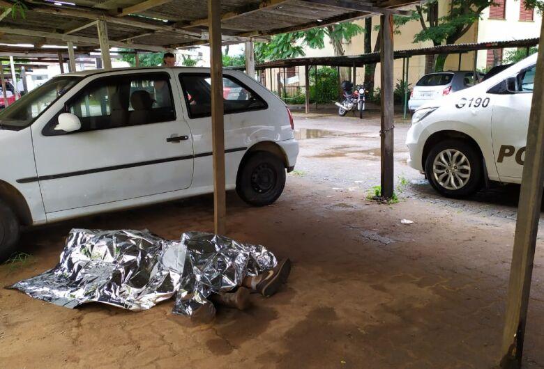 Homem é encontrado morto e encostado em um carro no CDHU