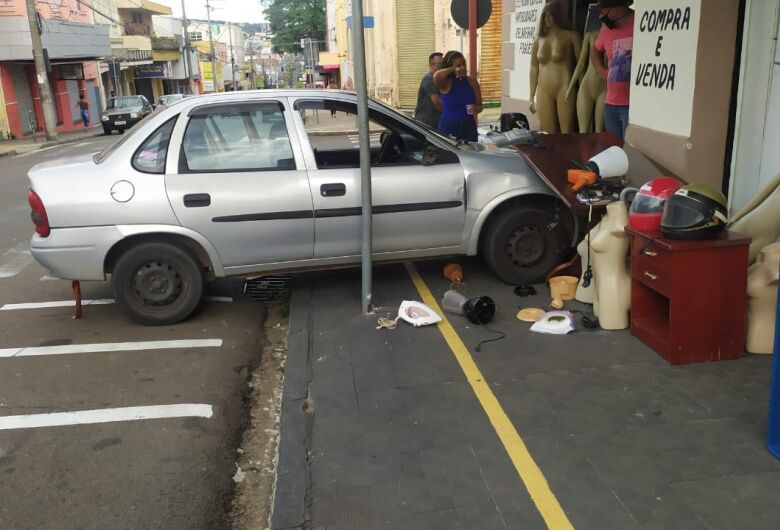 Após colisão, motorista perde controle e carro atinge produtos de estabelecimento comercial