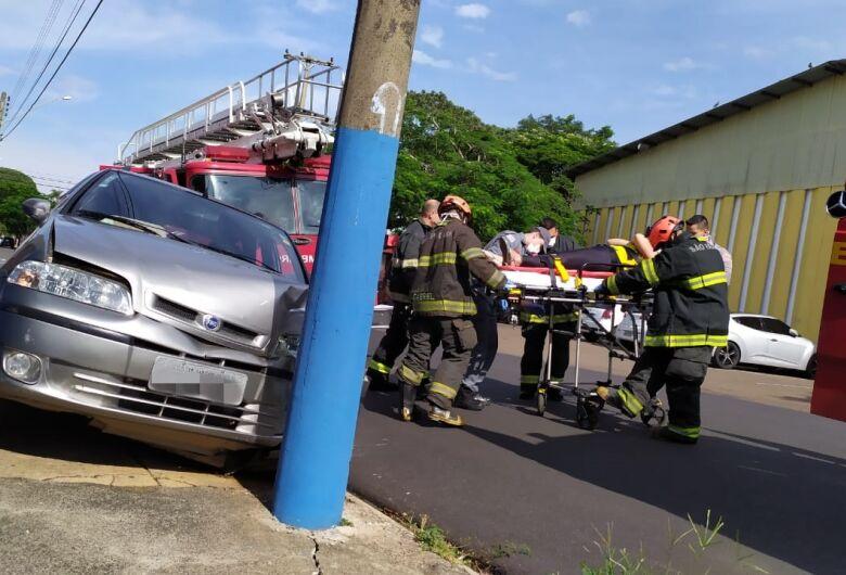 Motorista perde controle e carro colide em poste na Vila São José