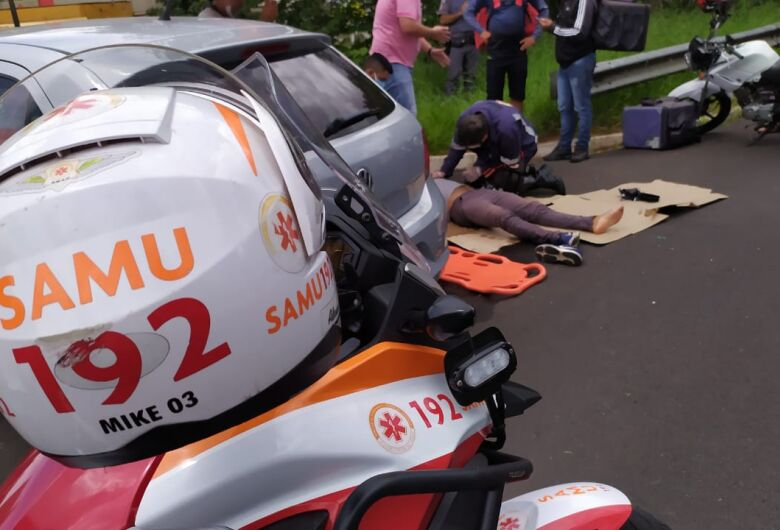 Carro acerta traseira de moto e uma pessoa fica ferida