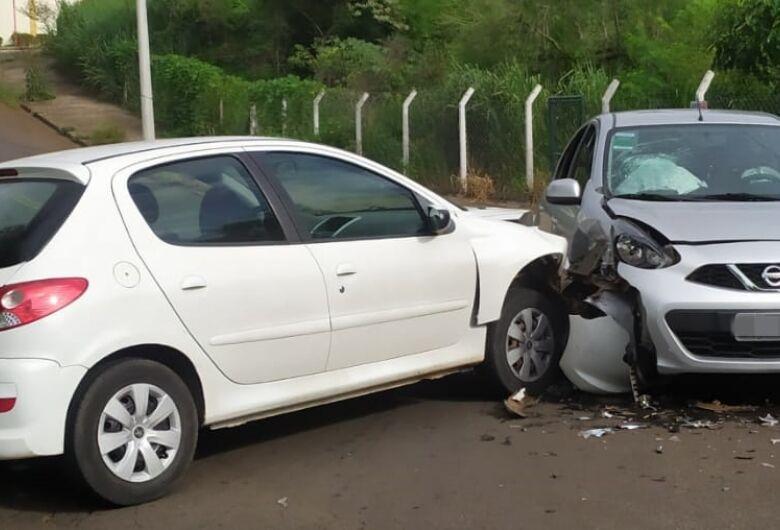 Colisão em cruzamento provoca estragos em dois veículos