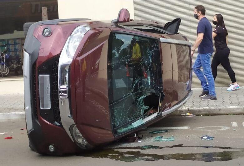 Após pancada violenta, carro tomba no centro