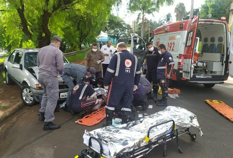 Mãe salva a filha, mas fica gravemente ferida após ser atingida por caminhão no Centro