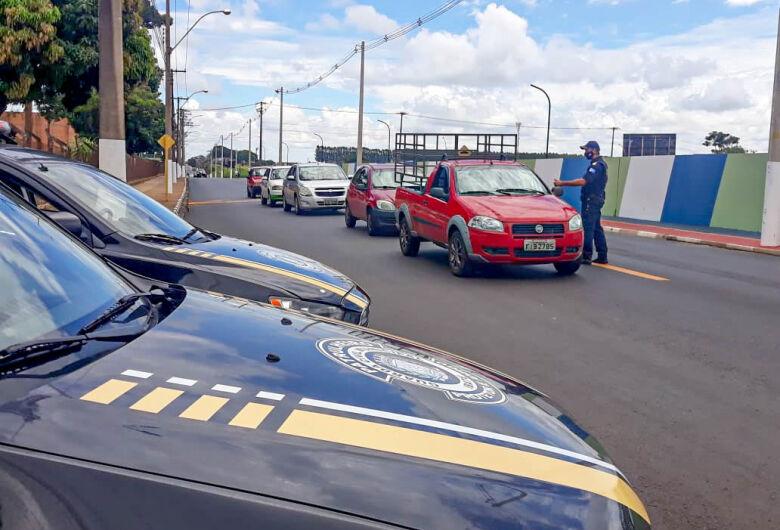 Guarda Municipal de Ibaté faz blitz para orientar turistas da região