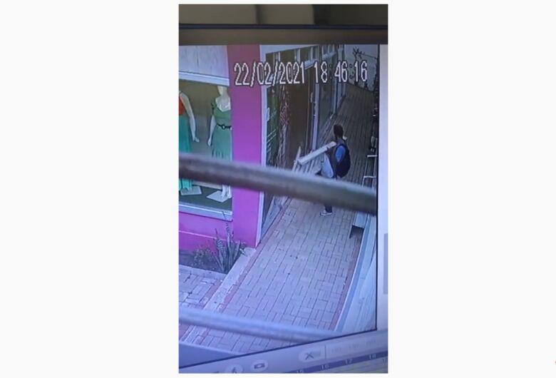 Ladrão furta escada de conjunto de lojas no Centro