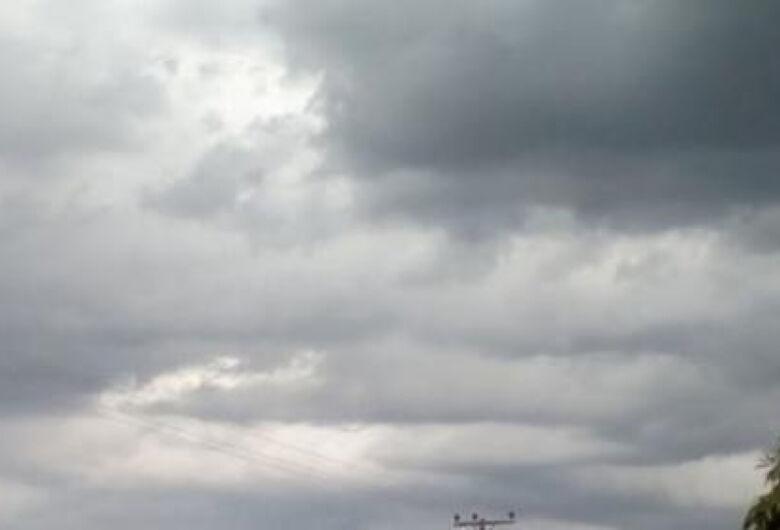 Fim de semana deve ser de tempo nublado e com pancadas de chuva