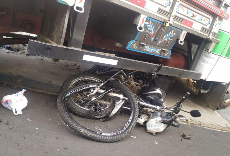 Caminhão desgovernado atropela duas pessoas e atinge muro de residência